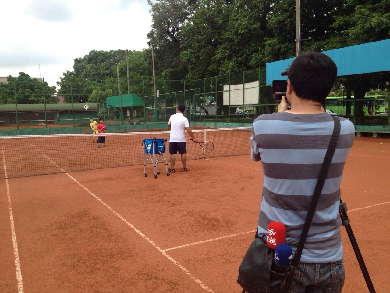 中天記者拍攝張智翔教練上課情況